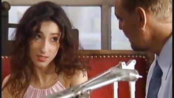 Азиатская брюнетка в своей постели когда ее любовник пришел чтобы играть с её молочниками